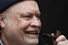 Mens die een pijp rookt Royalty-vrije Stock Fotografie