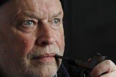 Mens die een pijp rookt Royalty-vrije Stock Afbeelding