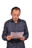 Mens die een presentatie op papier lezen royalty-vrije stock foto