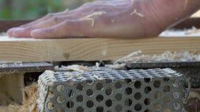 Mens die een raad op een houtbewerkingsmachine schaven stock footage