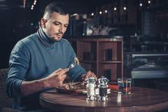 Mens die in een restaurant eet royalty-vrije stock afbeelding