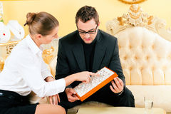 Mens die een ring kiest bij de juwelier Stock Foto
