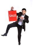 Mens die een rode verkoop het winkelen zak dragen royalty-vrije stock afbeelding