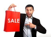 Mens die een rode verkoop het winkelen zak dragen stock afbeeldingen