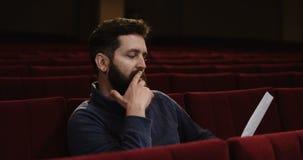Mens die een scène in het theater leiden stock footage