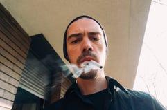 Mens die een sigaret roken Stock Foto