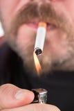 mens die een sigaret rookt Royalty-vrije Stock Foto's