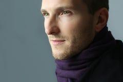Mens die een sjaal dragen Royalty-vrije Stock Foto's