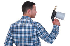 Mens die een spuitpistool houden Stock Foto