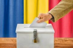 Mens die een stemming zetten in een stemmingsdoos - Roemenië stock afbeeldingen