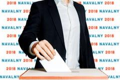 Mens die een stemming zetten in een stemmingsdoos Democratieverkiezing in het Concept van Rusland Navalny stock fotografie