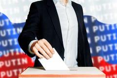 Mens die een stemming zetten in een stemmingsdoos Democratieverkiezing in het Concept van Rusland Putin Putin stock fotografie