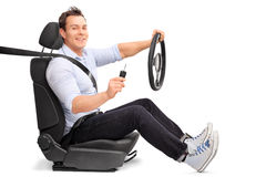 Mens die een stuurwiel en een autosleutel houden Stock Foto