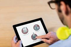 Mens die een tablet met onderwijspictogrammen gebruiken op het scherm Stock Fotografie