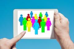 Mens die een tabletapparaat houden die sociaal media en communicatie concept tonen royalty-vrije stock foto