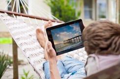 Mens die een tabletcomputer met behulp van Stock Foto