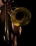 Mens die een trombone speelt royalty-vrije stock fotografie
