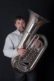Mens die een tuba speelt royalty-vrije stock foto