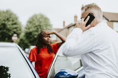 Mens die een verzekering na een autoongeval roepen stock foto