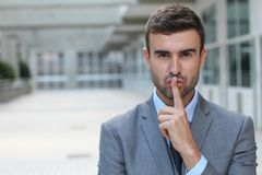 Mens die een vingerteken gebruiken om iemand stil te verzoeken om te blijven royalty-vrije stock afbeeldingen