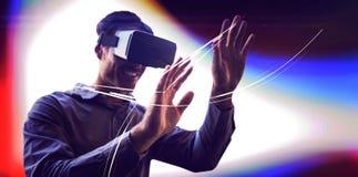 Mens die een virtueel werkelijkheidsapparaat met behulp van stock fotografie