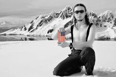 Mens die een Vlag van de V.S. houdt stock foto's