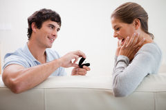 Mens die een voorstel van huwelijk doet Stock Afbeeldingen