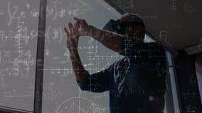 Mens die een VR-helm met berekeningen op de voorgrond gebruiken stock video