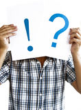 Mens die een vraagteken en een uitroepteken houdt Royalty-vrije Stock Afbeelding