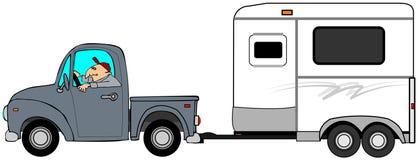 Mens die een vrachtwagen drijven en een paardaanhangwagen slepen Stock Afbeeldingen