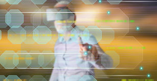 Mens die een werkelijkheids virtuele hoofdtelefoon wat betreft een abstract technologieconcept dragen op het aanrakingsscherm Royalty-vrije Stock Foto's