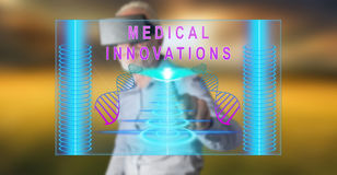 Mens die een werkelijkheids virtuele hoofdtelefoon wat betreft een medisch innovatieconcept dragen op het aanrakingsscherm Royalty-vrije Stock Foto's