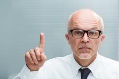 Mens die een wijsvinger die uitzondering nemen toenemen stock fotografie