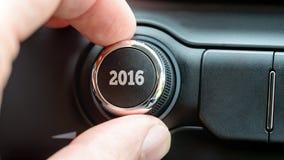 Mens die een wijzerplaat of een elektronische controleknop met de datum 2016 draaien Royalty-vrije Stock Afbeelding