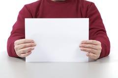 Mens die een wit blad houden Royalty-vrije Stock Afbeelding