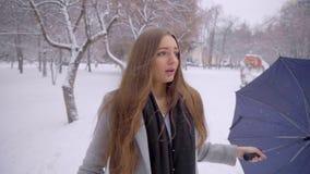 Mens die een zak van het meisje in het park stelen diefstal Het concept van de misdaad Vrouw die in een de winterpark lopen, dief stock footage