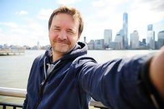 Mens die een zelfportretwolkenkrabbers in de Stad van New York maken Royalty-vrije Stock Foto's