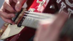 Mens die elektrische gitaar spelen die tremolotechniek gebruiken stock videobeelden