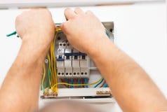Mens die Elektrische Zekering opzetten royalty-vrije stock foto's