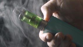Mens die elektronisch sigaretmod., wolken vaping van damprook, close-up stock videobeelden