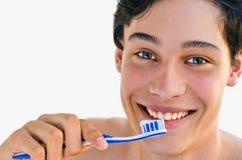 Mens die en een tandenborstel glimlacht houdt Stock Afbeelding