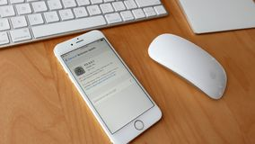 Mens die en iphone nieuwe ios bijwerken downloaden stock video