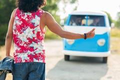 Mens die en minivan auto liften tegenhouden Stock Foto's