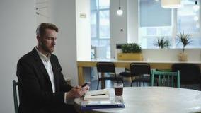 Mens die en op de vergadering met de partner werken wachten stock videobeelden