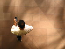 Mens die en op mobiele telefoon, luchtmening lopen texting royalty-vrije stock foto's