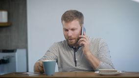 Mens die en op smartphone drinken spreken stock video