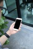 Mens die en smartphone hloding gebruiken Royalty-vrije Stock Foto's