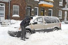 Mens die en sneeuw schept verwijdert Royalty-vrije Stock Afbeelding