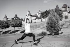 Mens die en spieren uitrekken opwarmen vóór training royalty-vrije stock afbeeldingen