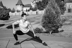 Mens die en spieren uitrekken opwarmen vóór training royalty-vrije stock afbeelding